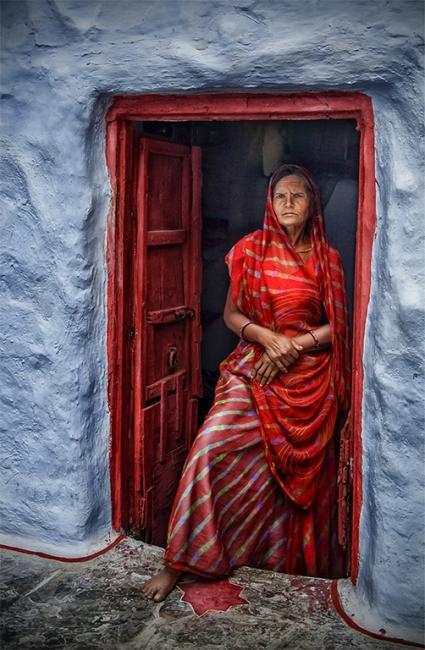 Dona de vermell i paret blava