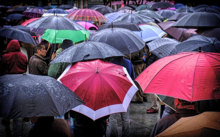 protesta bajo la lluvia