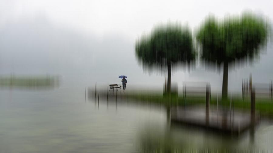 Llueve tristeza sobre el lago