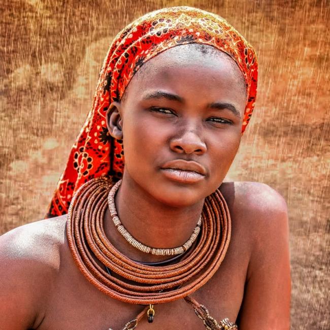 Himba au foulard