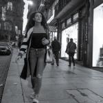 Una mujer sola, un móvil en la mano
