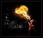Chica expulsando fuego