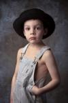 El niño del sombrero negro