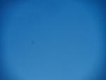 Mancha en el sensor sobre un cielo azul primaveral. . .